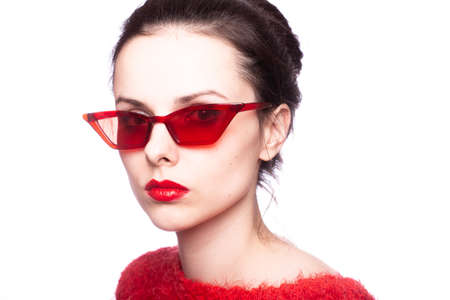 Mädchen in Rot, roter Pullover, rote Brille, roter Lippenstift