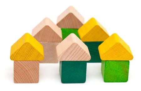 juguetes de madera: casas de bloques de madera aisladas sobre fondo blanco