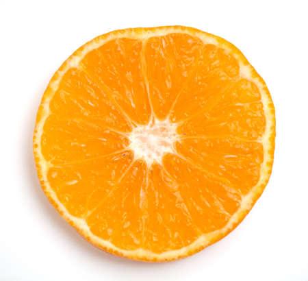 naranjas fruta: rodaja de naranja sobre fondo blanco closeup