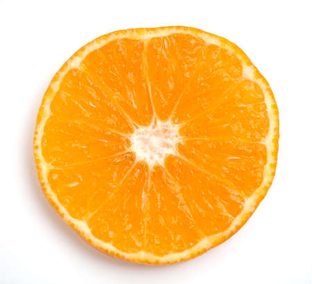 orange slice: schijfje sinaasappel close-up op witte achtergrond
