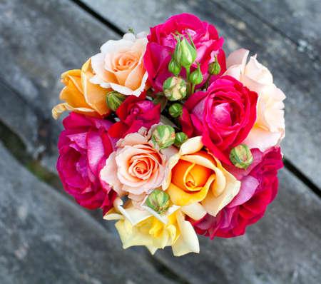 flores de cumpleaños: ramo de rosas en la mesa de madera
