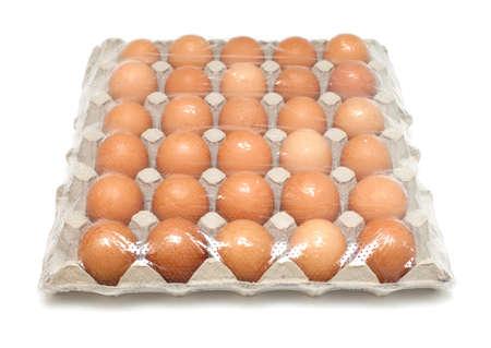 over packed: treinta huevos embalados en blanco