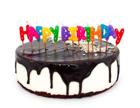 gateau anniversaire: g�teau avec des bougies de joyeux anniversaire isol� sur fond blanc