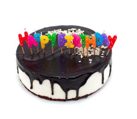 velas de cumplea�os: tarta con velas feliz cumplea?aislado en el fondo blanco Foto de archivo