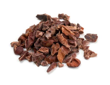 semillas de cacao aislados en blanco