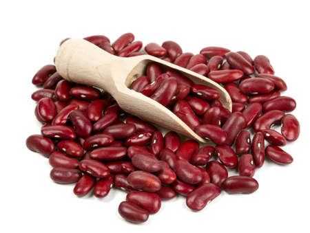 Haricots rouges secs dans une cuillère en bois isolé sur fond blanc Banque d'images - 24349088