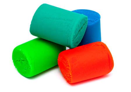 cilinder: mucchio di plastilina isolato su bianco