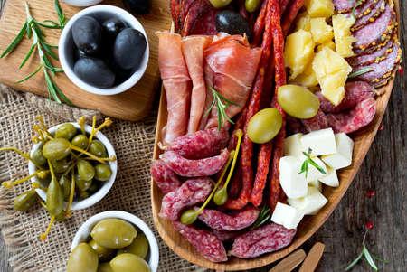 Antipasti y catering plato con diferentes productos de carne y queso Foto de archivo - 38205971