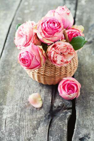 morado: rosas de color rosa en la superficie de madera Foto de archivo