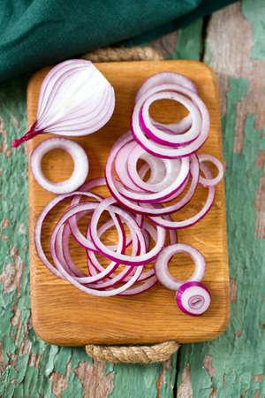 cebolla roja: cebolla roja en tabla para cortar