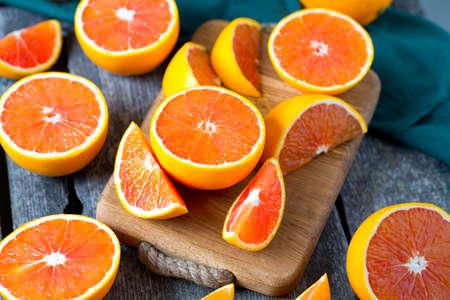 木の表面に赤オレンジ 写真素材