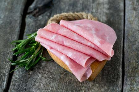 madera rústica: el jamón de cerdo en superficie de madera Foto de archivo