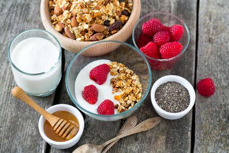 comidas saludables: merienda saludable - muesli en superficie de madera