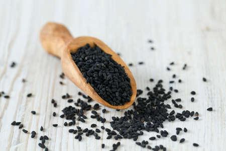 Cumin noir sur la surface en bois Banque d'images - 53250198