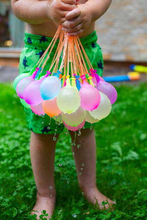 Enfants jouant avec des ballons d & # 39 ; Banque d'images - 93048168