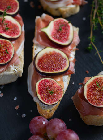 whole bread with cheese, parma ham and figs 免版税图像