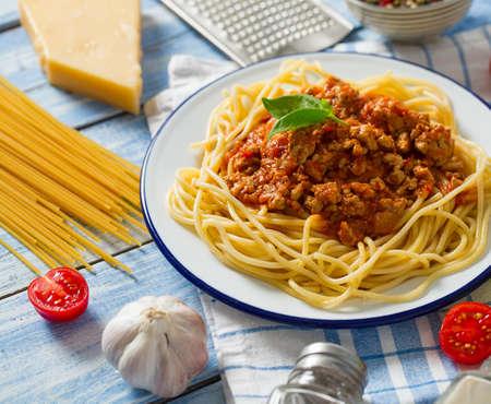 spaghetti bolognese na drewnianej powierzchni