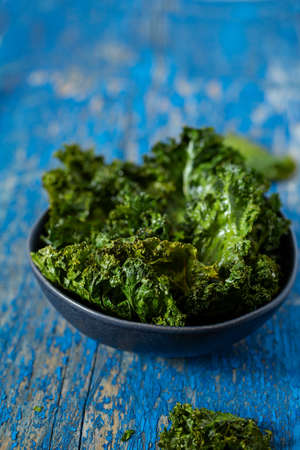 kale chips on a wooden surface Stockfoto