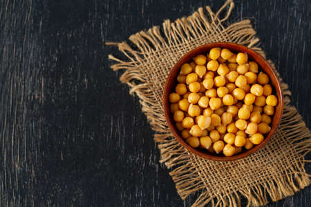 chickpeas on wooden surface Standard-Bild - 124532105