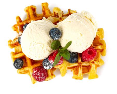 아이스크림과 딸기를 곁들인 벨기에 와플