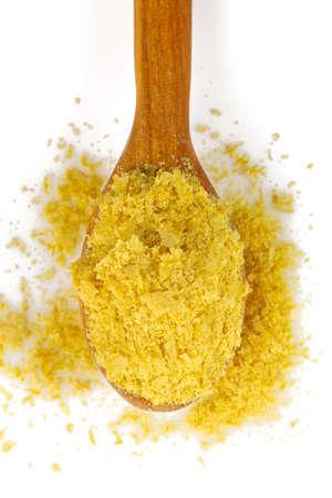 Flocons de levure nutritionnelle isolés sur blanc