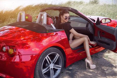 Fille sexy sur un cabrio. voyager en voiture avec une belle fille faisant de l'auto-stop Banque d'images - 92821350