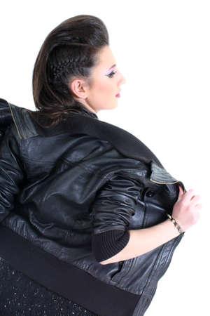 rocker girl: Chica joven hermosa en la chaqueta de cuero negro