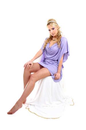 diosa griega: joven rubia en violeta con alas de pelo y Ángel rizadas
