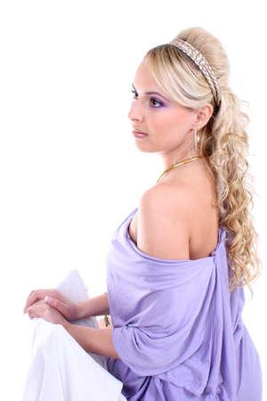 ojos marrones: rubia hermosa joven con pelo rizado y ojos marrones en violeta