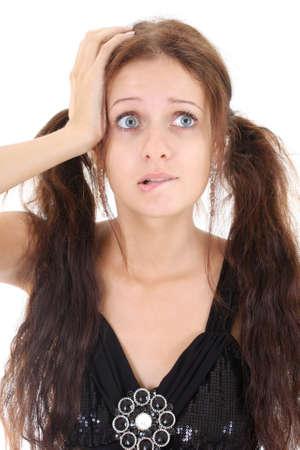 weariness: Retrato de una mujer preocupada en vestido negro sobre blanco