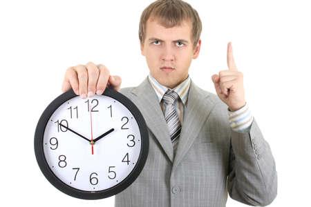 punctual: joven empresario serio mantener un reloj sobre blanco