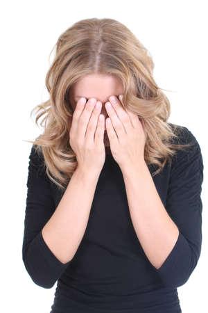 mujer llorando: Mujer rubia llora en negro sobre blanco
