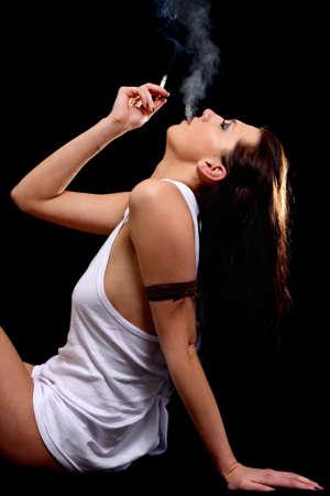 voluptuous: Sexy mujer en camiseta blanca sobre el negro