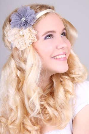 headbands: Ni�a feliz con cintas para la cabeza en el estilo hippy