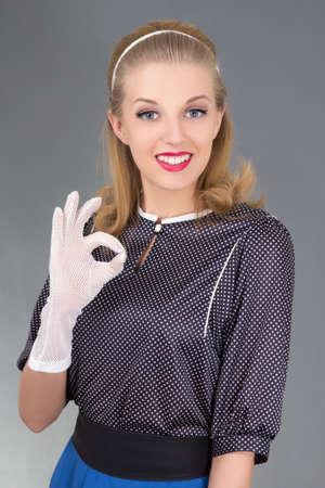 stílus: meglepett lány retro ruhákat bemutató ok szimbólum Stock fotó
