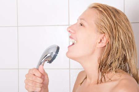 persona cantando: divertido joven chica cantando en la ducha