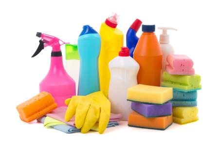 productos de limpieza: equipo de limpieza de colores aislados sobre fondo blanco Foto de archivo