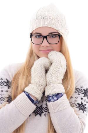 ropa invierno: atractiva mujer joven lindo en gafas con el pelo largo en ropa de abrigo de invierno aislados en fondo blanco
