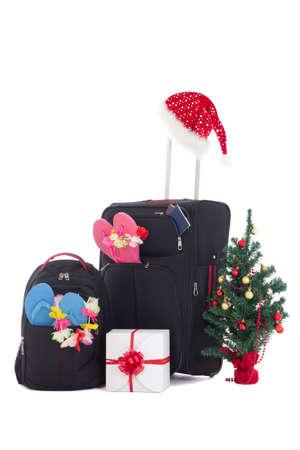 mochila viaje: viaje de la Navidad - la maleta y packpack, caja de regalo y el �rbol de Navidad aislado en blanco