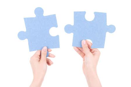 여자 손에 퍼즐 조각 흰색 배경에 고립