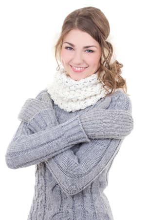 ropa de invierno: retrato de mujer hermosa joven en ropa del invierno aislada en el fondo blanco Foto de archivo