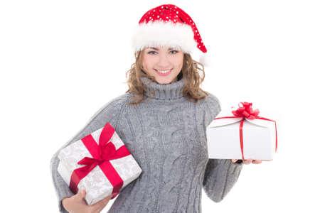 cute teen girl: Молодая красивая женщина в зимней одежде и шляпу Санта с рождественскими подарками, изолированных на белом фоне