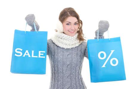 ropa de invierno: concepto de venta - hermosa mujer feliz en ropa de invierno con bolsas de la compra aislados en fondo blanco Foto de archivo