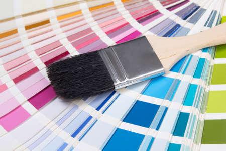 pintor: close up de pincel del pintor de madera sobre paleta de colores