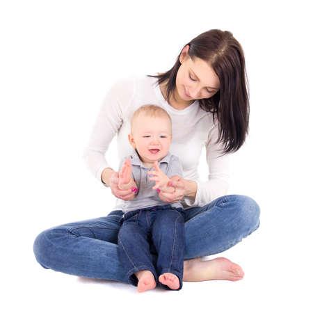 bebe sentado: retrato de mujer feliz woth su peque�o hijo sentado aislados sobre fondo blanco Foto de archivo