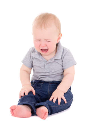 ojos llorando: llorando beb� sentado aislados sobre fondo blanco