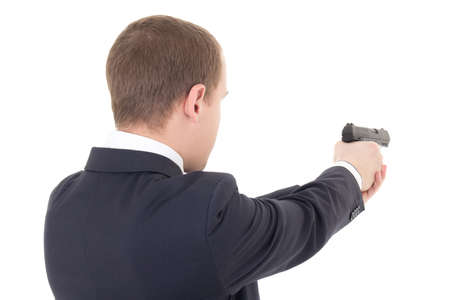 vista trasera de hombre disparando con pistola aislado en fondo blanco