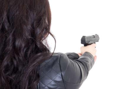 bata blanca: vista posterior de la mujer que sostiene el arma aislado en el fondo blanco