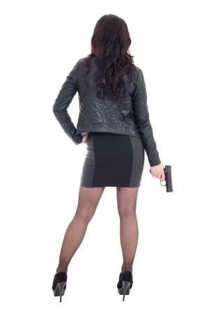 mujer con pistola: vista posterior de la mujer atractiva en la pistola de retenci�n negro aislado en fondo blanco Foto de archivo