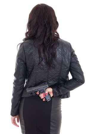 mujer con arma: la mujer que oculta la pistola detrás de su espalda aislado en fondo blanco